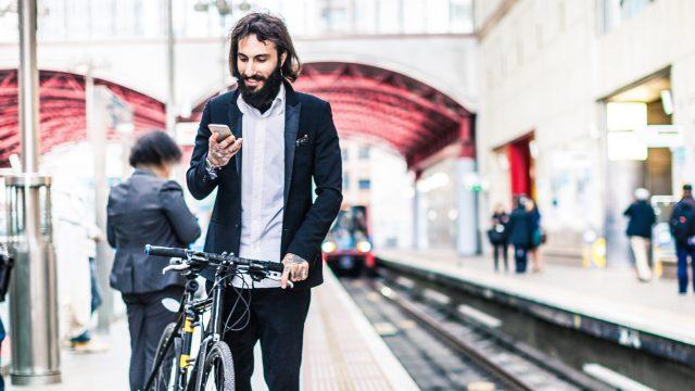 Mann mit Fahrrad nutzt den Inkognito Modus in Google Maps auf seinem Smartphone.