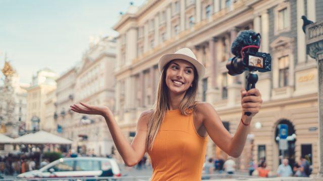 Frau nimmt sich mit Kamera auf