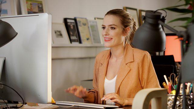 Junge Frau am PC sucht mit dem Future Jobs Finder nach einem digitalen Job der Zukunft