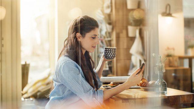 Frau fängt am Smartphone mit Pokémon Go ein Farbeagle.