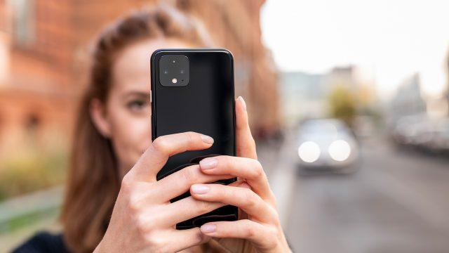 Eine Frau hält ein Google Pixel 4 in der Hand