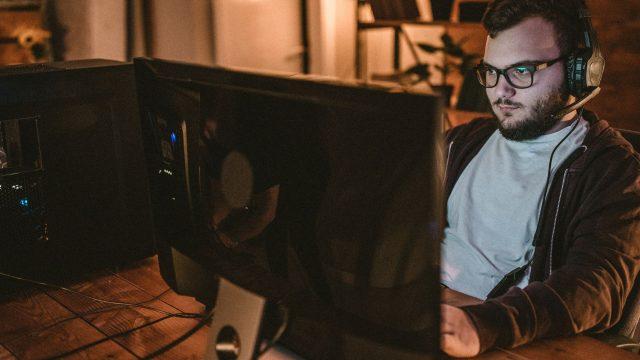 Junger Mann richtet am PC Steams Remote Play Together ein.