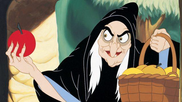 Die boese Koenigin aus Schneewittchen als alte Frau mit einem vergifteten Apfel