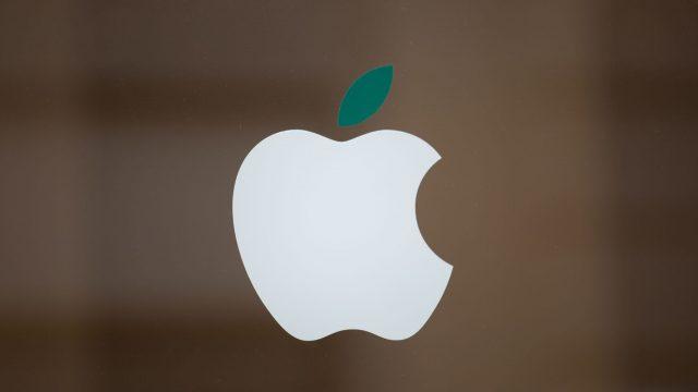 Weißes Apple-Logo auf Fenster.