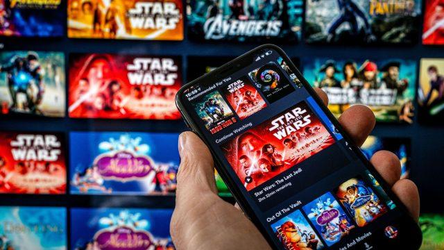 Den Streamingdienst Disney Plus am Smartphone einsehen.
