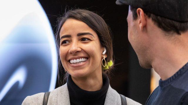 Junge Frau trägt die AirPods Pro beim Launch-Event von Apple.