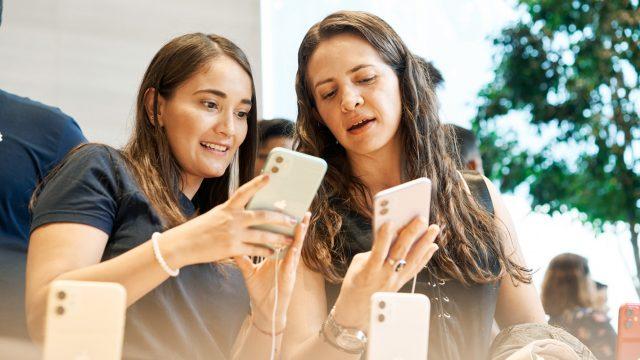 Zwei Frauen schauen sich das iPhone 11 an