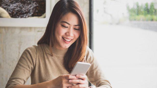Junge Frau erstellt am Android-Smartphone ein PDF.