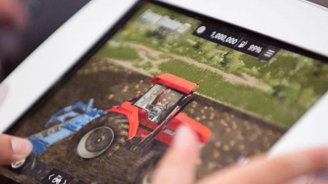 Jemand zockt das neue Spiel Farming Simulator 20.