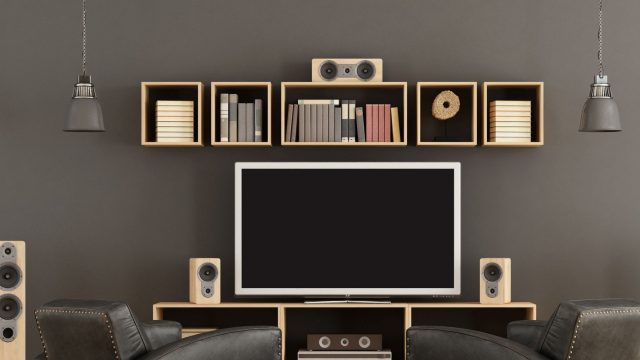 Entertainment-System mit Soundbar und Fernseher.