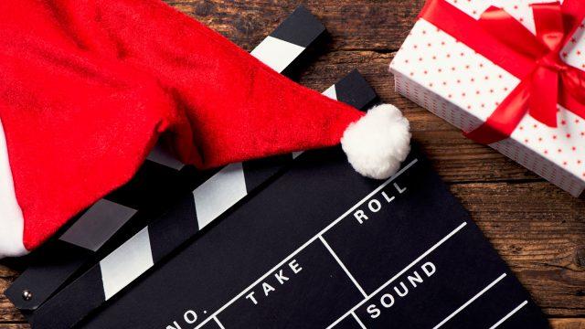 Weihnachtsmütze auf einer Regie-Klappe