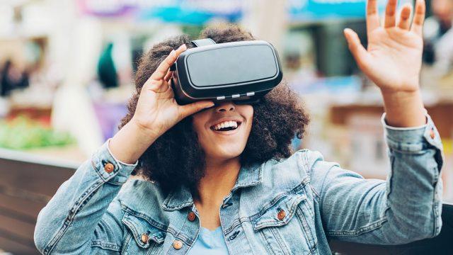 Frau mit Virtual-Reality-Brille hat Spaß