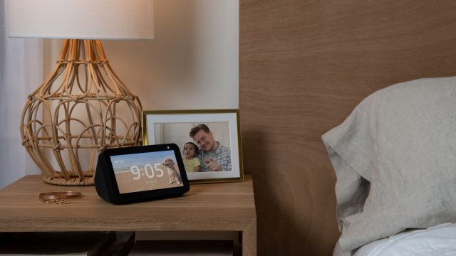 Der Amazon Echo Show 5 steht auf einem Nachttisch neben dem Bett.