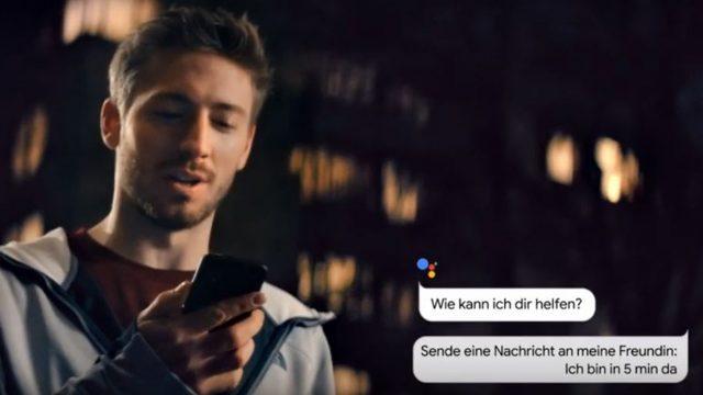 Junger Mann schreibt eine Nachricht über Google Assistant
