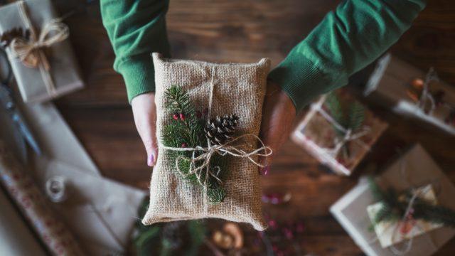 Ein Geschenk, das für nachhaltige Weihnachten in Jute verpackt wurde.