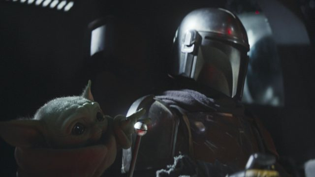 "Baby Yoda und der Mandalorianer in ""Star Wars: The Mandalorian""."
