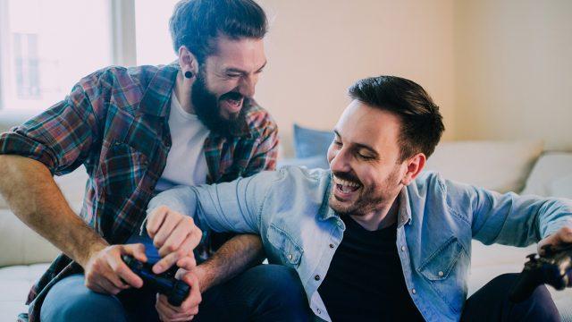 Zwei Männer spielen auf der Konsole