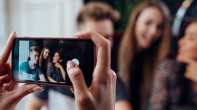 Mit der iPhone-Kamera ein Foto von Freunden knipsen.