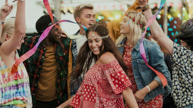 Freunde tanzen dank Festify zu guter Musik auf einer Party.