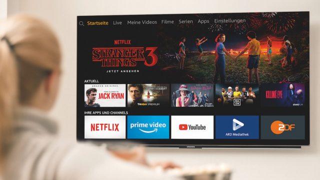 Junge Frau steuert den Amazon Fire TV.