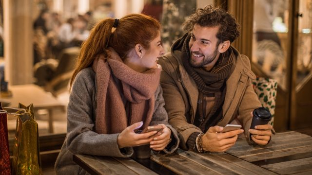 Ein Paar mit Handys