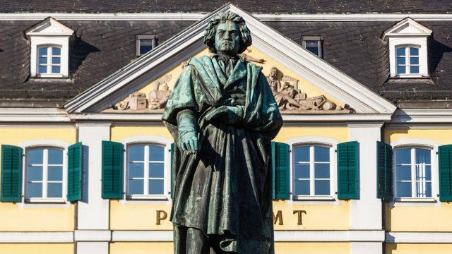 Beethoven Statue vor Postamt in Beethoven 2020