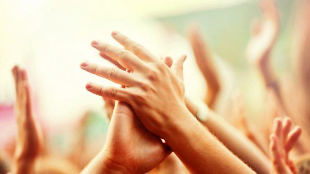 Hände, die mit Grip Beats Musik machen