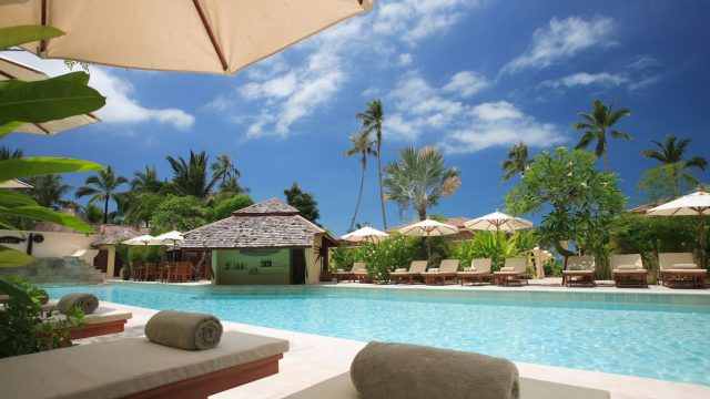 Blick auf den Swimmingpool eines Hotels.