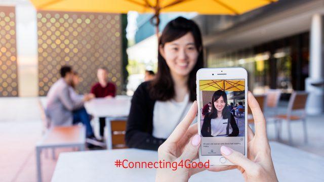 Junge Frauen nutzen die besten Apps für Sehbinderte auf dem Smartphone