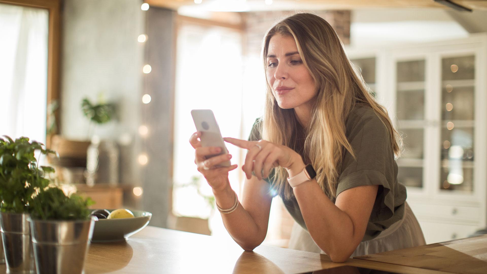 Eine Frau, die eine Personal-Food-Coach-App benutzt