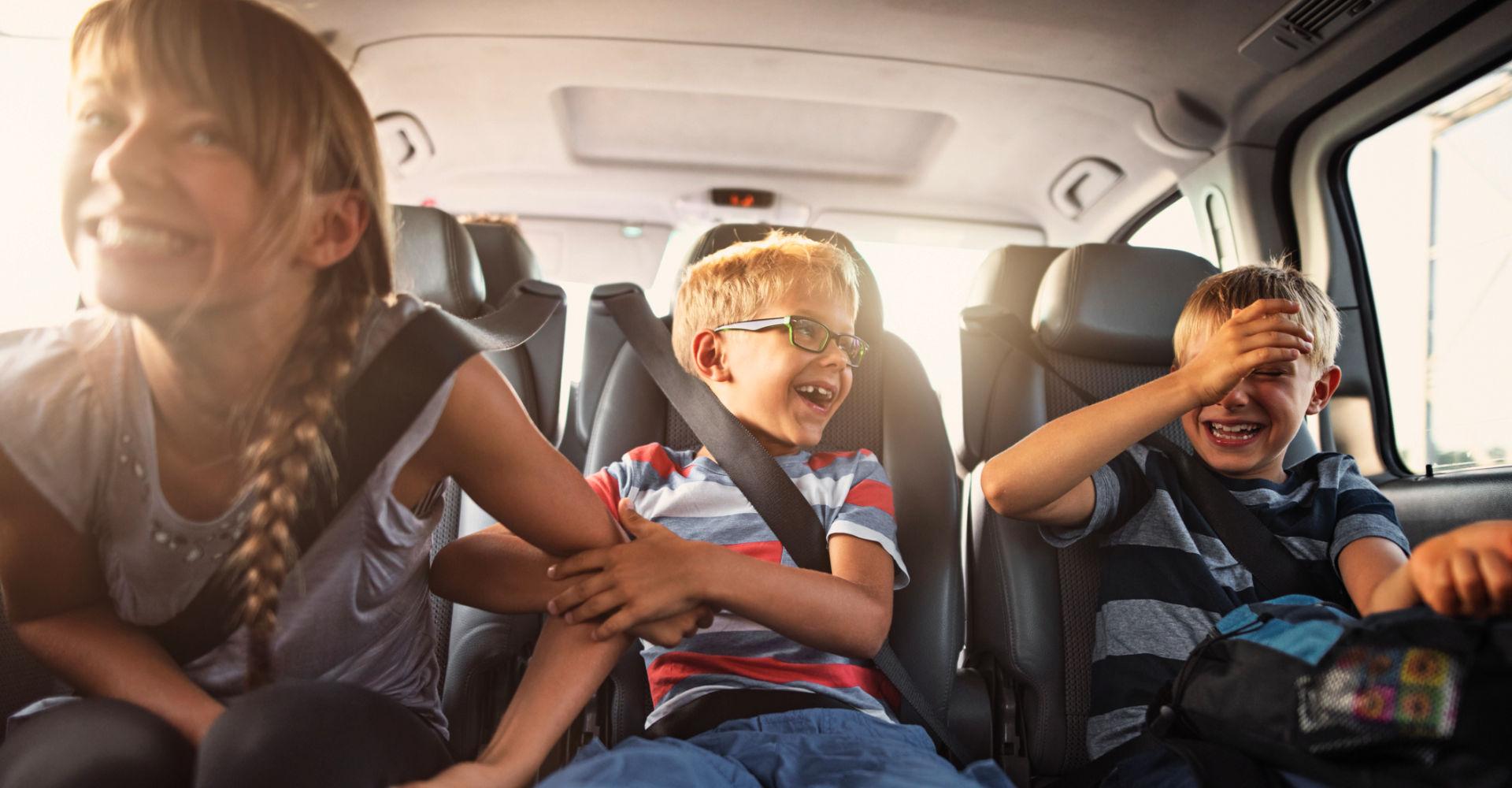 Drei Kinder unterschiedlichen Alters im Auto