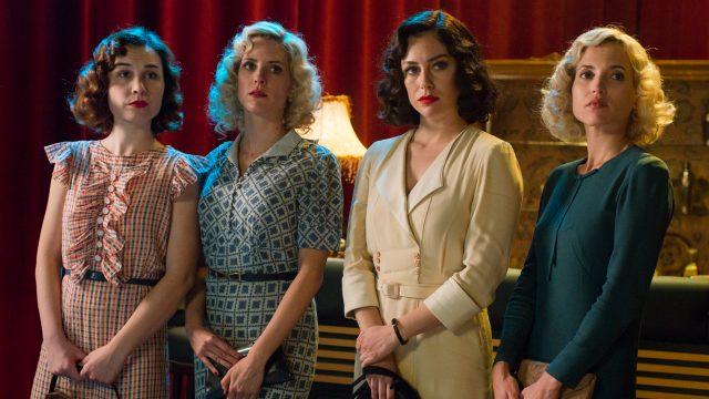 Vier Frauen stehen nebeneinander