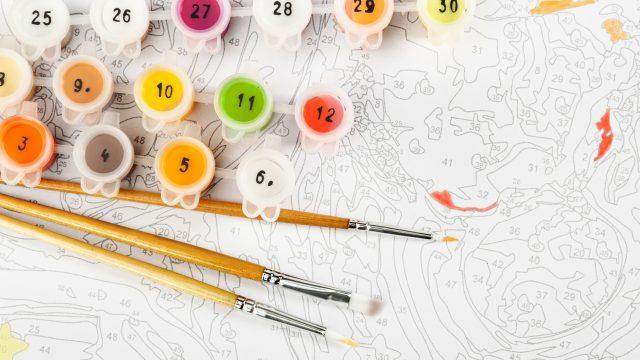 Bild zum Ausmalen nach Zahlen mit Pinseln und Farbe