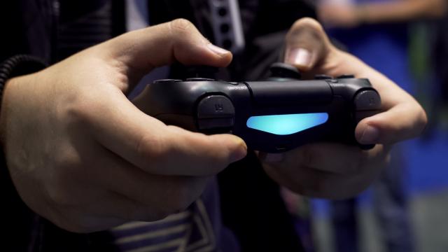 Mann spielt mit einem PS4-Controller ein Spiel.