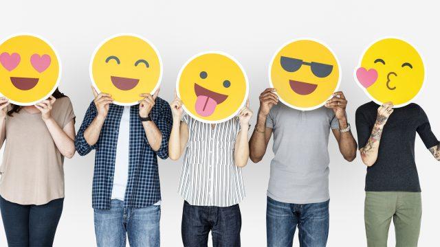 Menschen mit Emoji-Köpfen