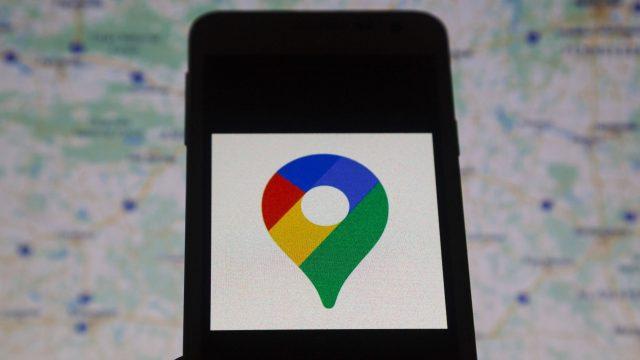 Neues Logo-Design für Google Maps auf Smartphone abgebildet.