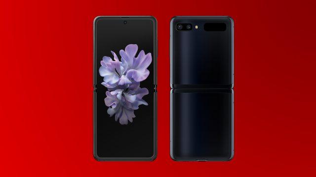 Das Samsung Galaxy Z Flip von der Voder- und Rückseite auf rotem Hintergrund. Foto: Samsung