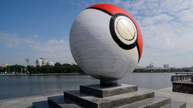 Die Nachbildung eines Pokéball steht in Russland.