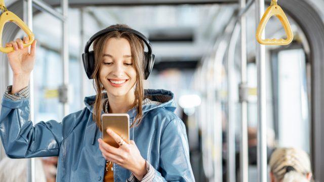 junge Frau mit Kopfhörern lauscht Youtube Music