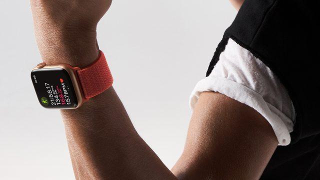 Apple Watch 4 am Arm einer Sportlerin