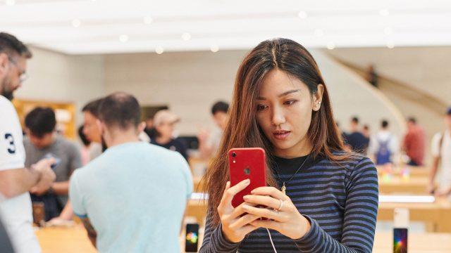 Frau mit iPhone Xr