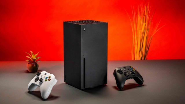 Xbox Series X mit weißem und schwarzem Controller