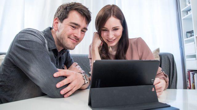 Paar startet Videoanruf am Tablet.