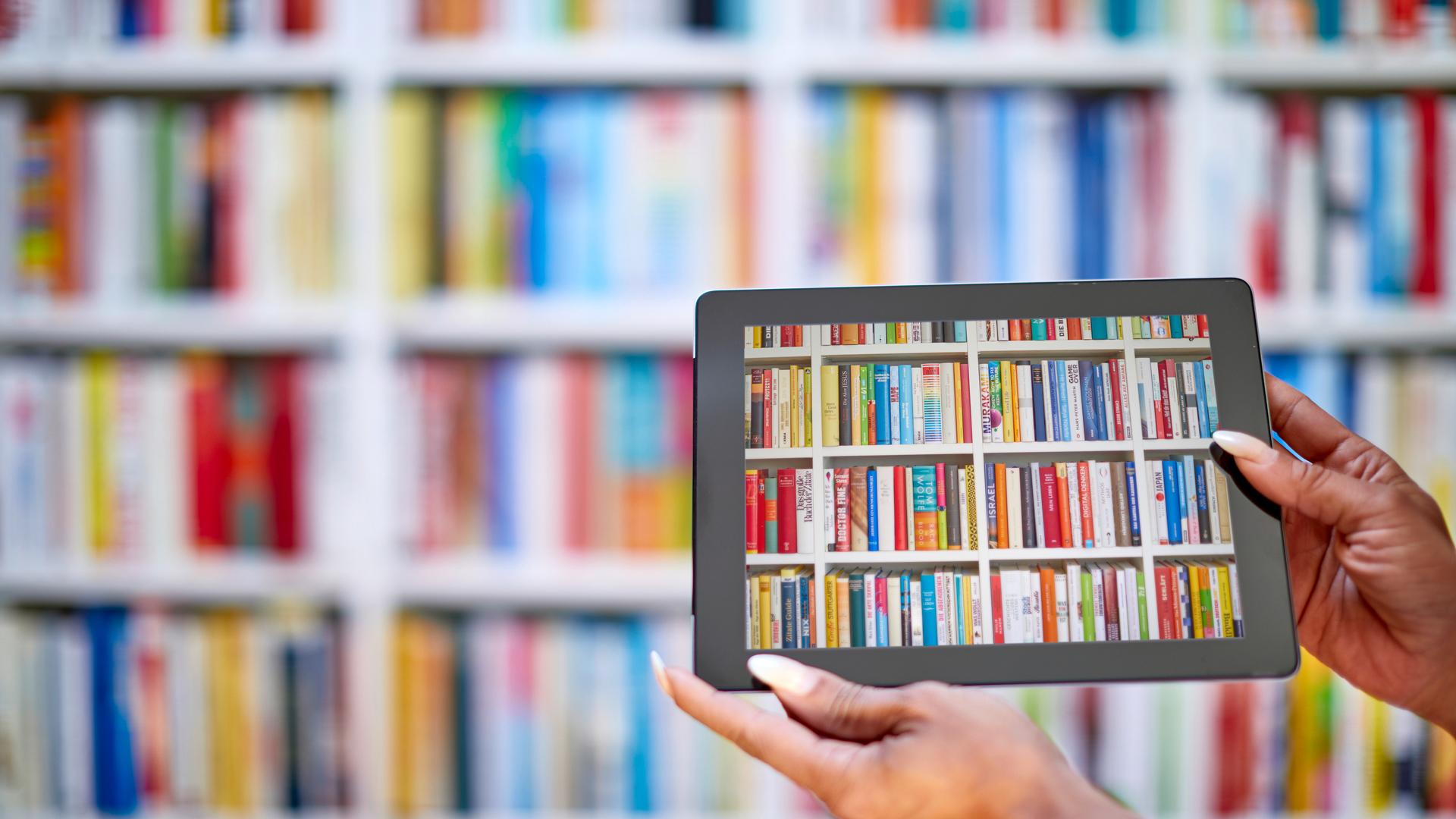 Das Foto eines Bücherregals ist auf einem Tablet-Display zu sehen.
