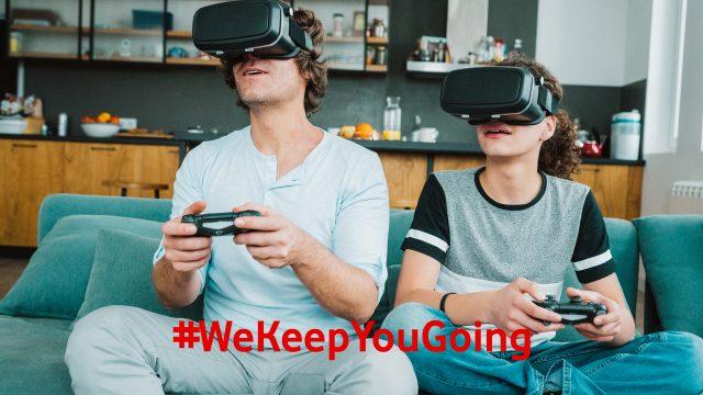 Ein Vater spielt mit seinem Kind ein VR-Spiel.