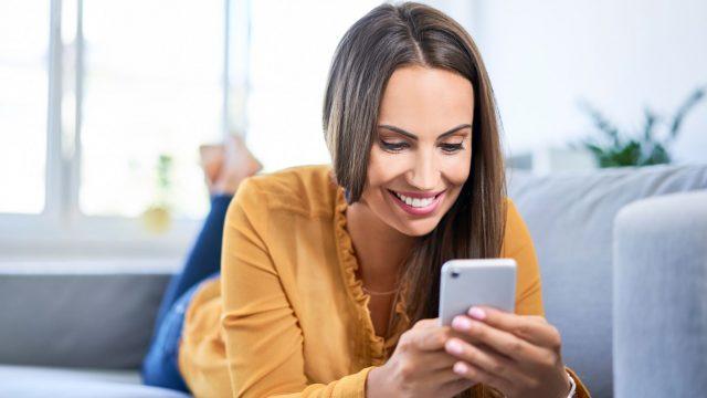 Frau sichert am Handy ihr WhatsApp-Backup mit einem Passwort.