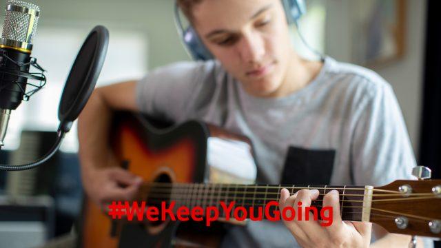 Musiker gibt ein online Konzert in seinem Tonstudio.