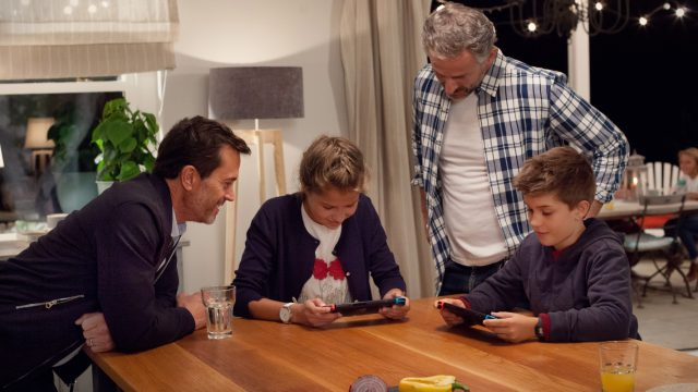 Familie mit Nintendo Switch