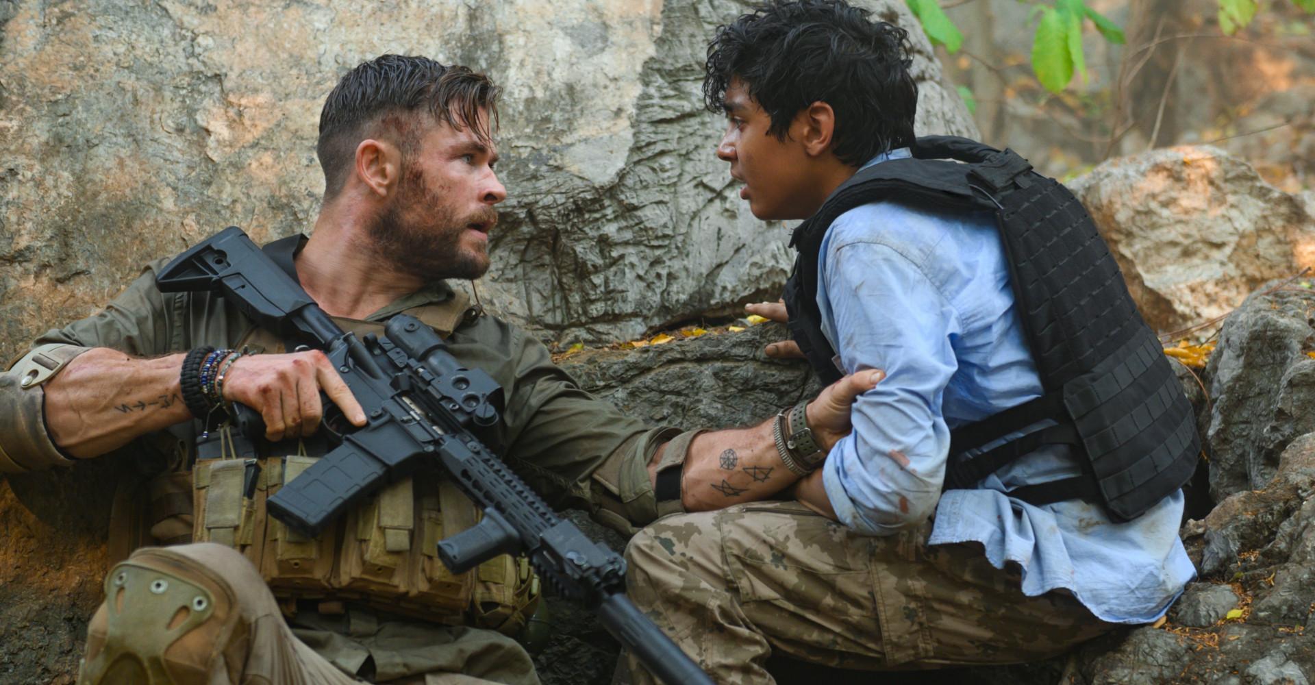 Chris Hemsworth und Rudhraksh Jaiswal in Tyler Rake: Extraction
