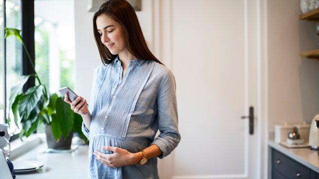 Schwangere Frau nutzt Apps für Schwangere